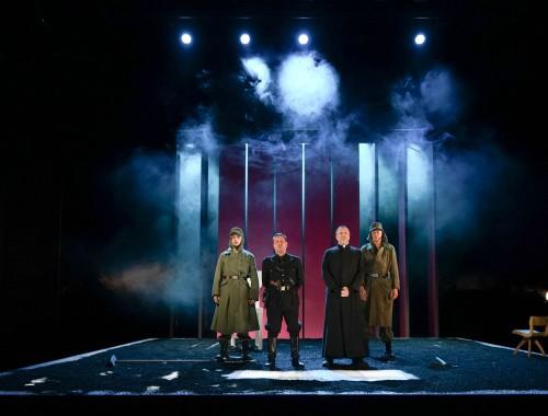 Soldat (Rudi Hindenburg), Der Hauptmann (Zacharias Preen), Der Feldgeistlicher (Christian Kämpfer), Soldat (Felix Zimmer)
